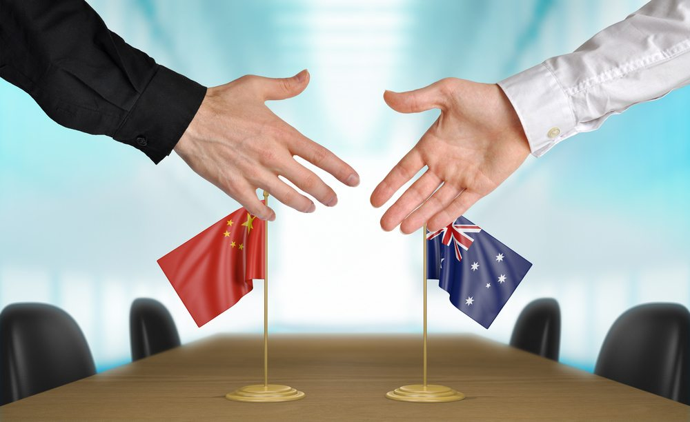 China and Australia diplomats agreeing on a deal